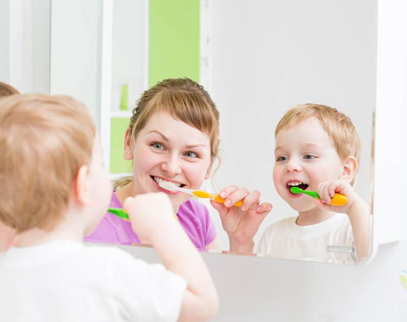 Phụ huynh nên hướng dẫn trẻ chăm sóc răng miệng đúng cách ngay từ khi biết chải răng