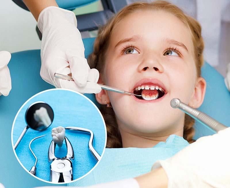 Với trường hợp trẻ có cơ địa nhạy cảm hay mắc các bệnh lý nền, tốt nhất là nên đưa đến nha khoa để nhổ răng