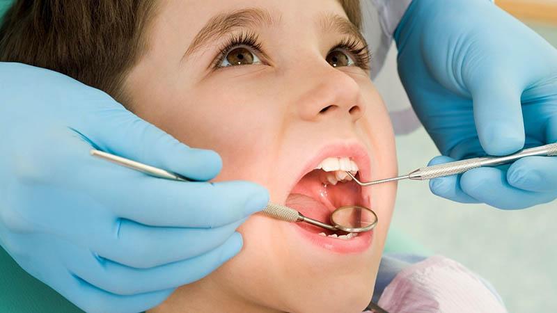 Cách tốt nhất cho trẻ bị sâu răng là đến bệnh viện để được chữa trị đúng cách