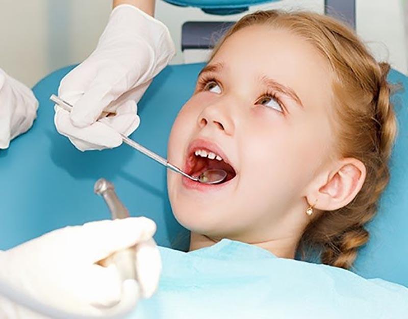 Hiện nay, nhổ răng được chỉ định kèm theo thuốc tê giúp các bé không còn cảm thấy đau đớn