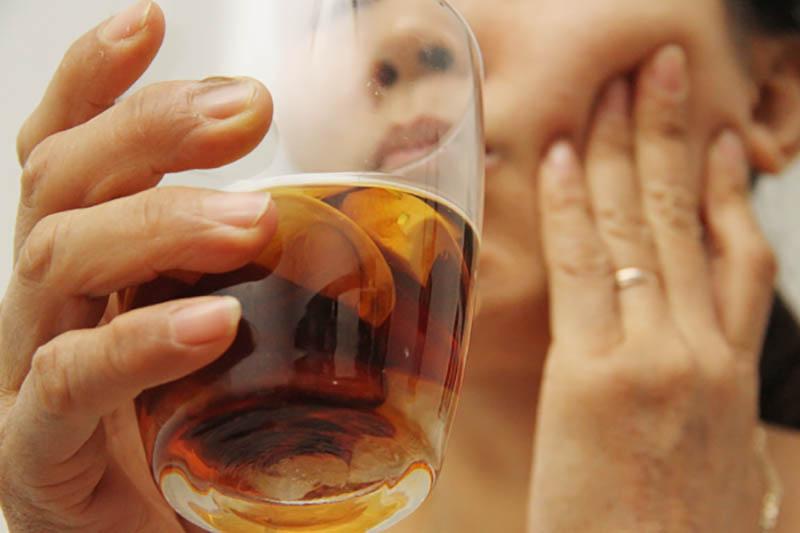 Súc miệng bằng rượu cau giúp diệt khuẩn và làm sạch răng miệng