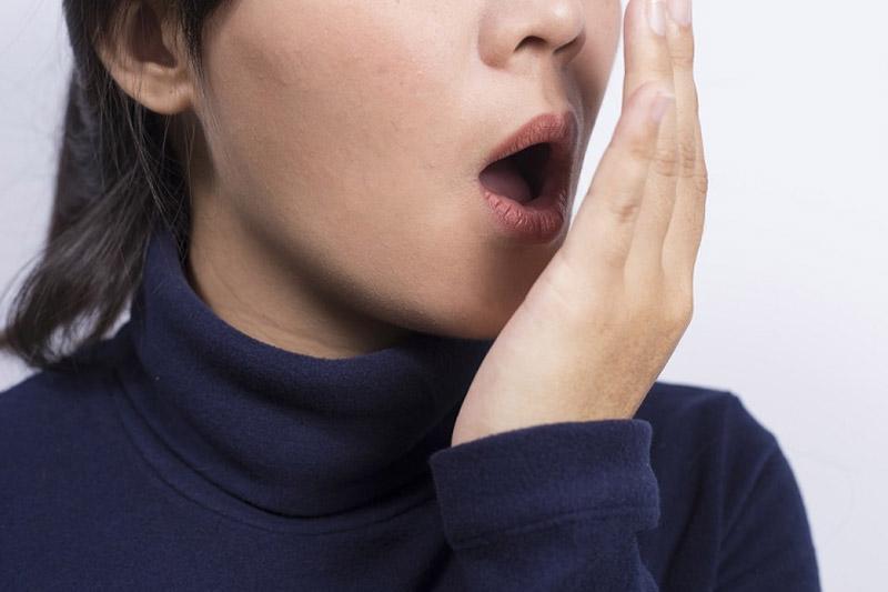 Hơi thở người bệnh có mùi gây ảnh hưởng tới sinh hoạt.