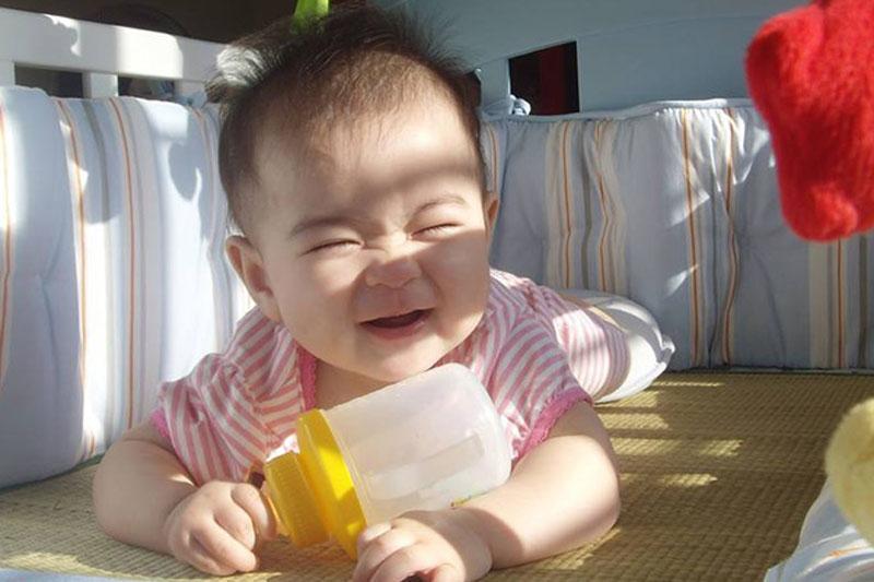 Nên tắm nắng cho trẻ đúng cách để hấp thụ tốt vitamin D