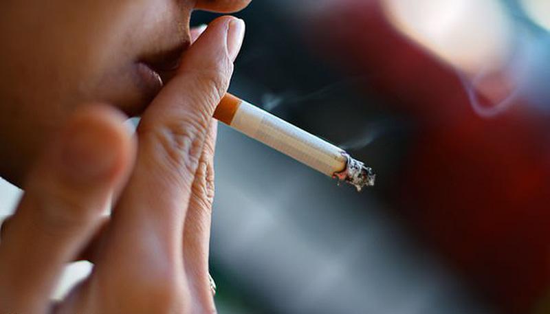 Nếu lạm dụng việc hút thuốc lá quá nhiều sẽ gây ra tình trạng sưng lợi chảy máu
