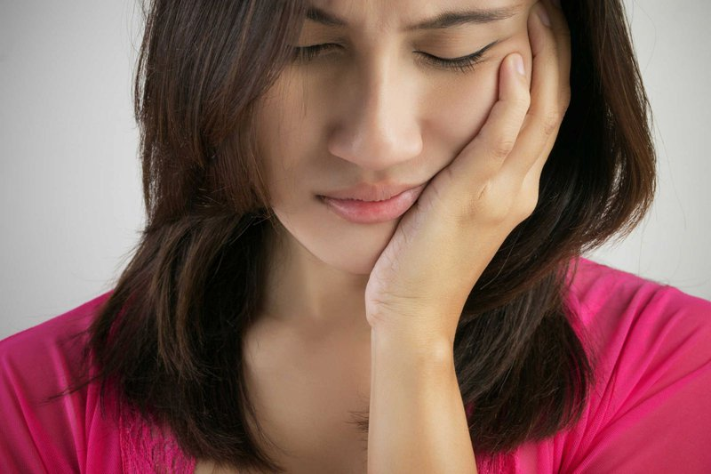 Đây là một trong những hiện tượng khiến răng trở nên yếu đi và khá nhạy cảm