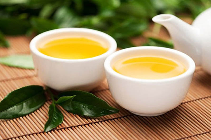 Sử dụng trà xanh giúp thanh nhiệt, giảm hôi miệng và ê buốt răng.