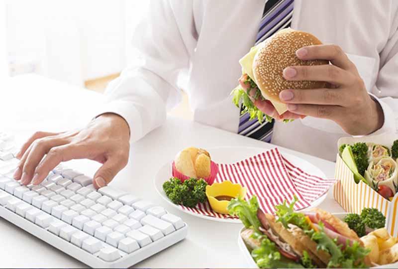 Thói quen ăn uống cũng dễ gây ra tình trạng hôi miệng