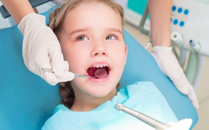 Nhổ răng sữa được tiến hành khi răng có dấu hiệu lung lay