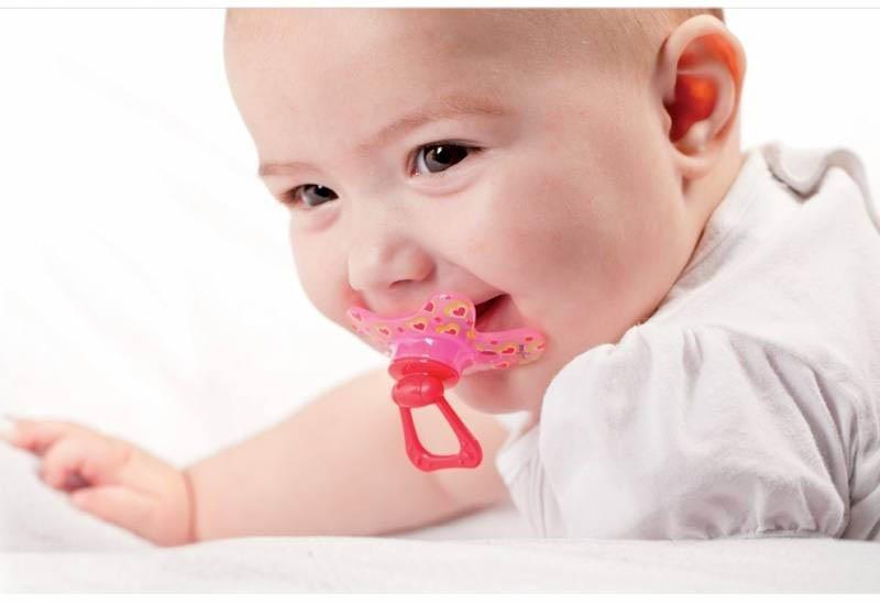 Ngậm vú giả cũng là một cách khiến cho hàm của trẻ hoạt động nhiều hơn