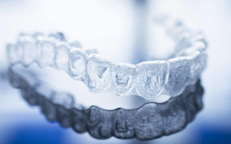 Niềng invisalign là phương pháp sử dụng khay niềng trong suốt để vừa điều chỉnh răng hiệu quả, vừa mang lại tính thẩm mỹ cao
