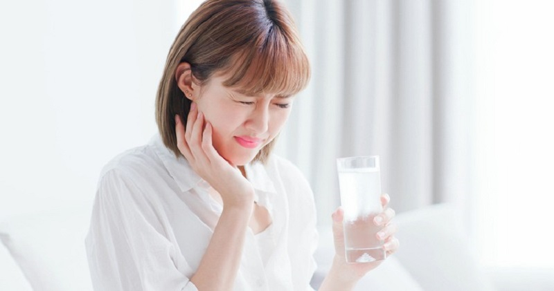 Răng bị ê buốt khi ăn đồ nóng lạnh khiến người bệnh gặp khó khăn trong việc ăn uống