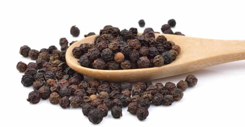 Hạt tiêu đen kết hợp với húng quế giúp giảm viêm sưng nhanh chóng
