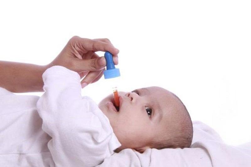 Tăng cường vitamin dang thuốc giúp kích thích quá trình mọc răng cho trẻ nhỏ