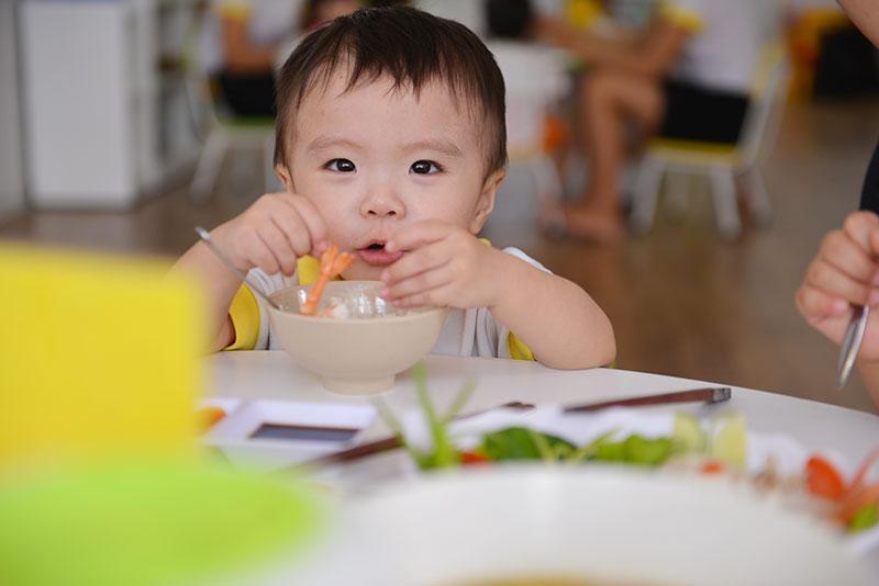 Những thực phẩm hàng ngày đóng vai trò phát triển răng của con