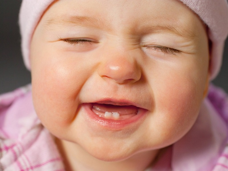 Răng sữa là những chiếc răng đã được hình thành phần chân ngay khi trẻ nằm trong bụng mẹ
