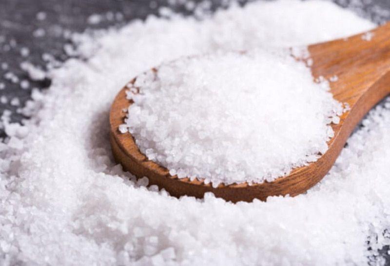 Muối có tính kháng viêm, sát khuẩn giúp hỗ trợ giảm các triệu chứng viêm nha chu