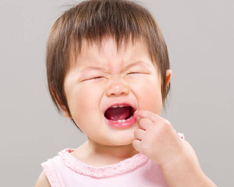 Đau răng khiến bé bị đau nhức, khó chịu, hay quấy khóc