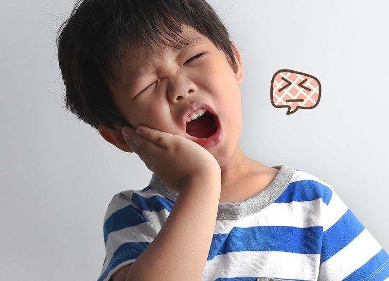 Sâu răng sẽ khiến trẻ cảm thấy khó chịu, đau nhức, ê buốt