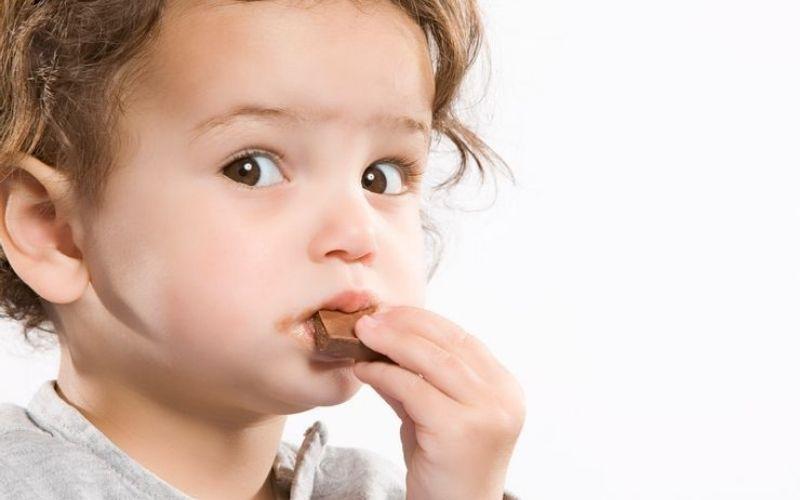 Nguyên nhân chính dẫn đến việc trẻ 4 tuổi bị sâu răng hàm là do ăn quá nhiều đồ ngọt