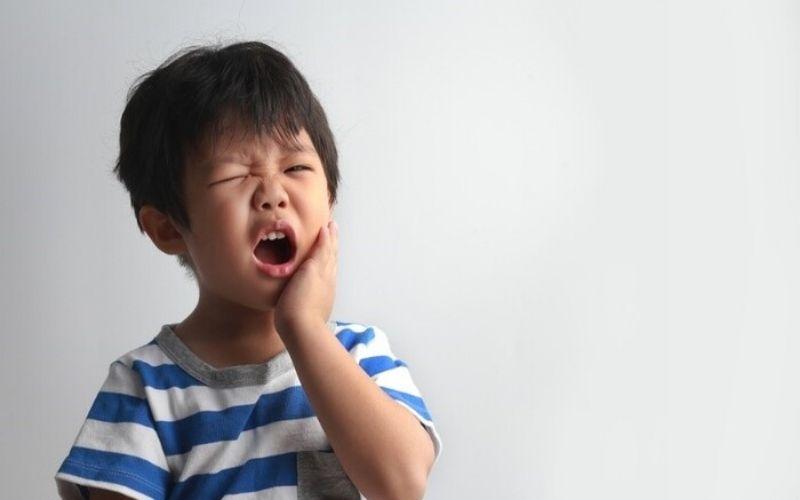 Sâu răng khiến bé phải chịu những đơn đau nhức dữ dội