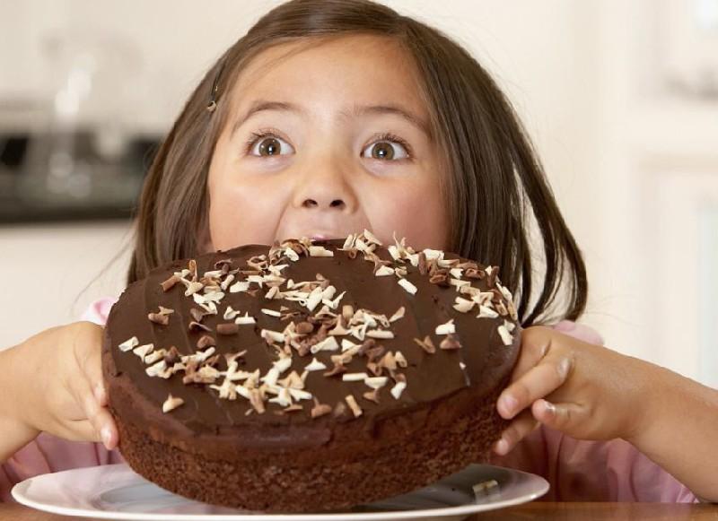 Bánh kẹo, đồ ngọt có chứa nhiều đường là nguyên nhân chính gây sâu răng ở trẻ