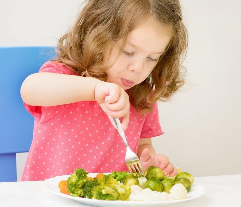 Bổ sung thêm sau xanh, trái cây cho trẻ