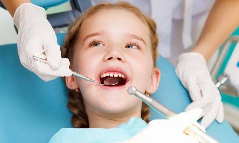 Nhổ răng bị sâu của bé