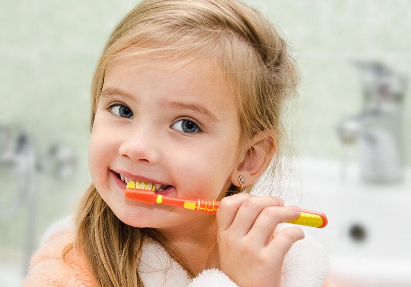 Bé 3 tuổi bị sâu răng