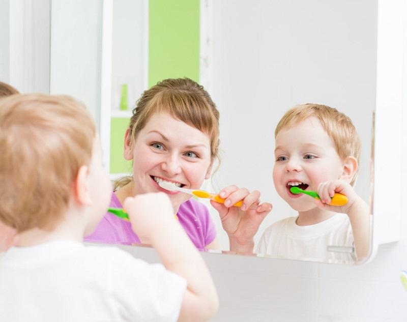 Hướng dẫn con vệ sinh răng miệng hằng ngày đúng cách