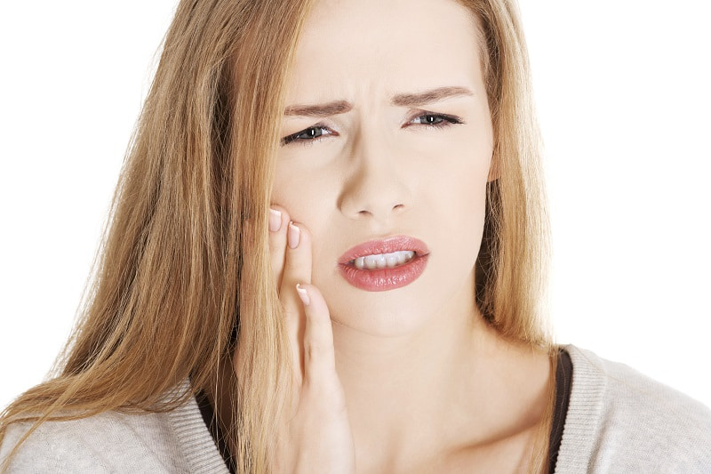 Sâu răng có thể tạo ra cảm giác ê buốt, đau nhức kéo dài tấn công vào trong tủy