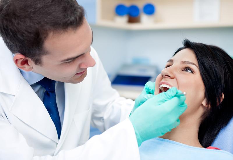 Hình ảnh bác sĩ đang điều trị viêm nướu răng cho bệnh nhân