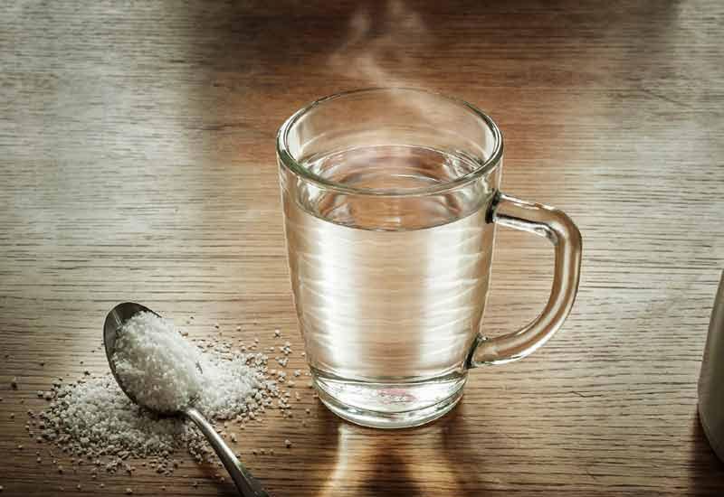 Nước muối có tính sát khuẩn tốt, có thể làm sạch các vi khuẩn trong khoang miệng
