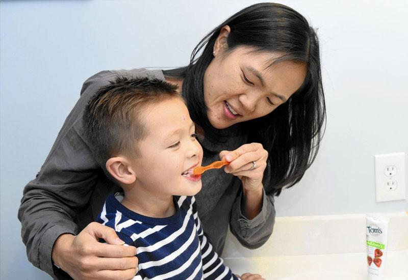 Ba mẹ nên tập cho con thói quen vệ sinh răng miệng đều đặn từ sớm