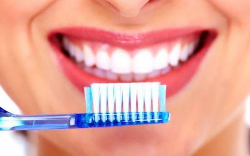 Đánh răng ít nhất 2 lần/ngày, chọn bàn chải có lông mềm, có chức năng làm sạch cả 4 mặt răng