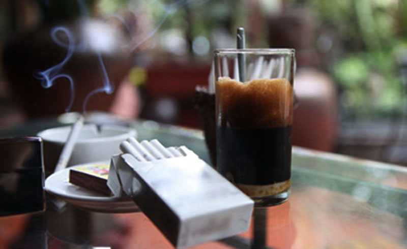 Người bị viêm nướu răng nên hạn chế uống cà phê