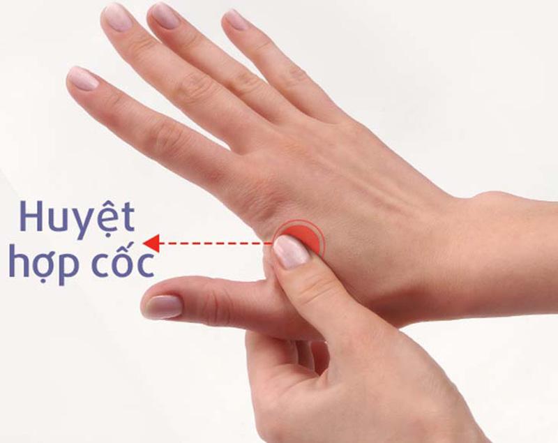 Bấm vào huyệt Hợp Cốc ở giữa ngón trỏ và ngón cái có thể chữa đau răng