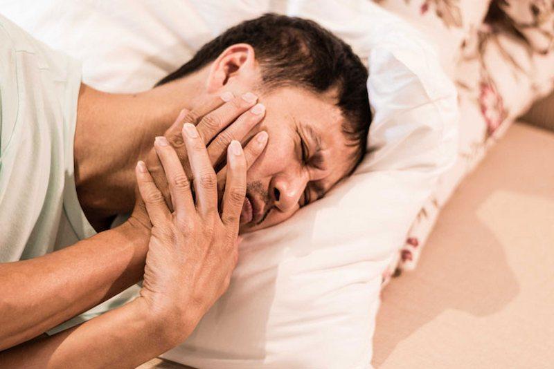 Đau nhức răng về đêm có thể do vi khuẩn tấn công qua vị trí sứt mẻ trên răng