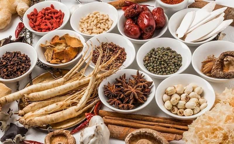 Kiên trì sử dụng thuốc Đông y hàng ngày sẽ giúp giảm triệu chứng bệnh hiệu quả