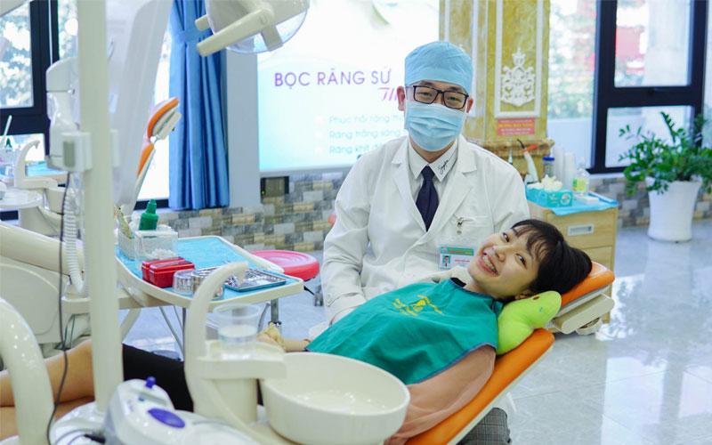 Hình ảnh bác sĩ đang điều trị cho bệnh nhân bị đau răng sưng má