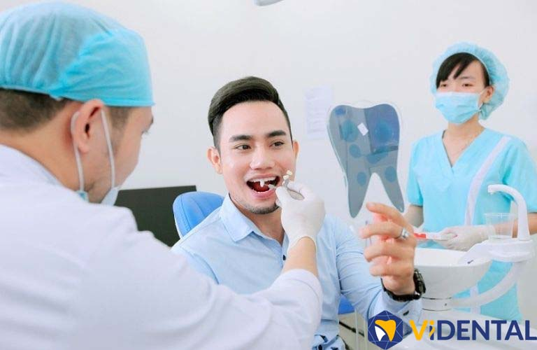 Tại Viện Nha khoa Vidental bác sĩ trực tiếp thăm khám và đưa ra phác đồ điều trị với từng tình trạng mất răng của khách hàng