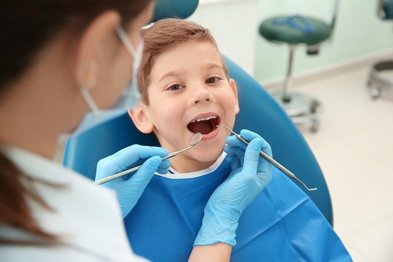 Cha mẹ nên đưa con tới thăm khám tại các cơ sở nha khoa uy tín