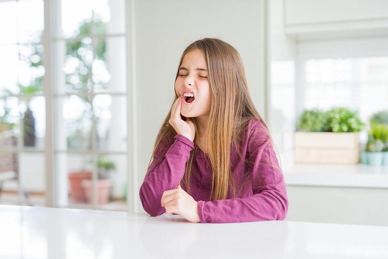 Trẻ bị đau răng do rất nhiều nguyên nhân khác nhau