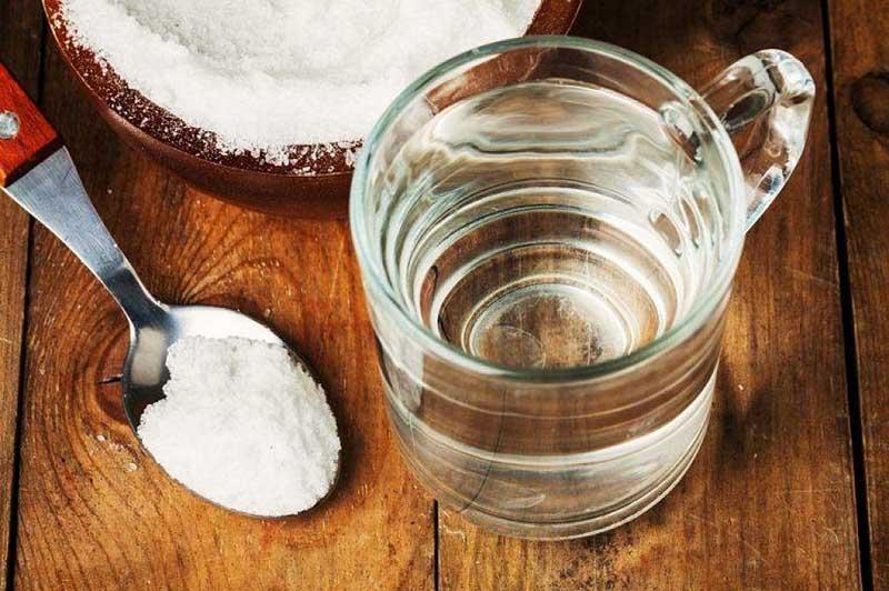 Nước muối pha loãng giúp tiêu viêm, giảm đau tạm thời