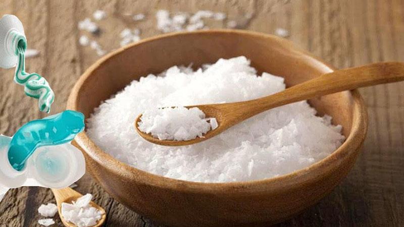 Dùng nước muối trộn cùng kem đánh răng trị đau nhức